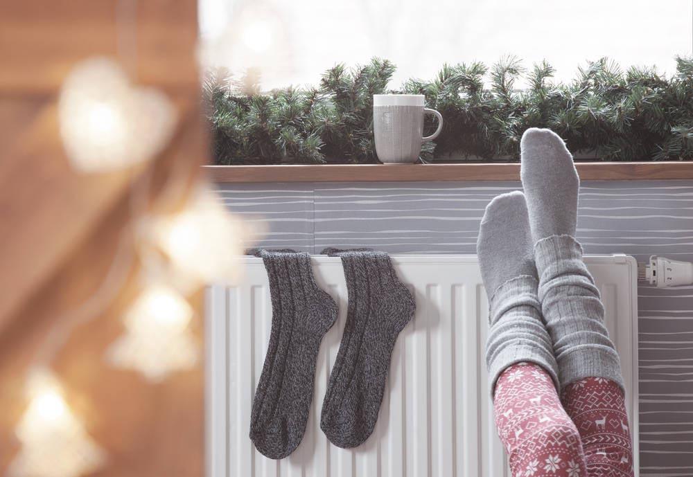 mujer-calentando-pies